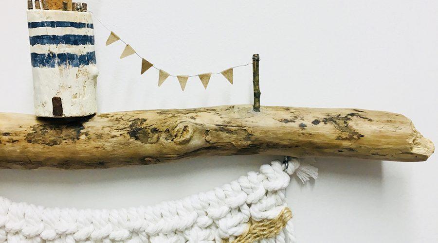 Colgador de macramé natural con madera reflotada.