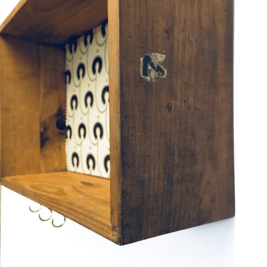 Cajón antiguo de madera reciclado en un nuevo estante