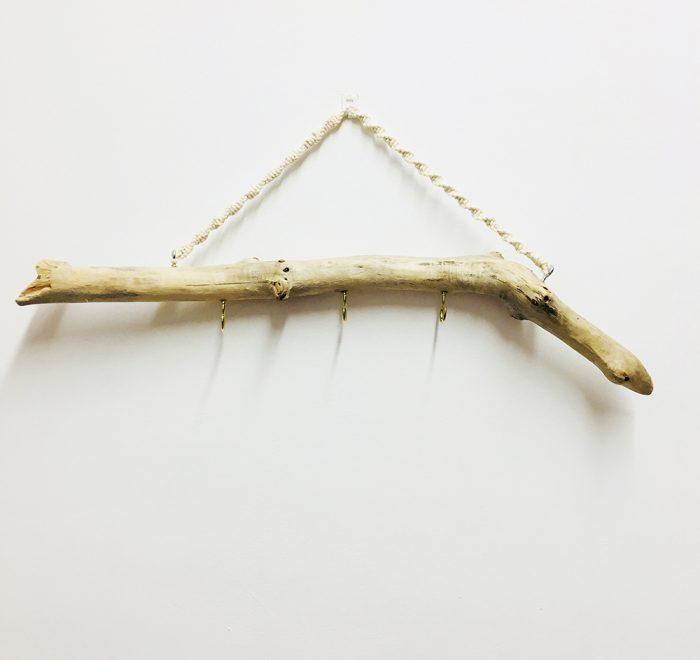colgador de madera de mar con cuerda de macramé