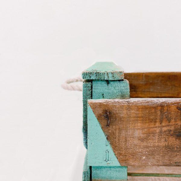 reinventa12_caja antigua de madera bordada con macrame