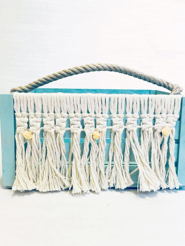 Reinventa12_caja de madera color mint con asa de cuerda y cortina de macramé en el frontal con detalles florales.