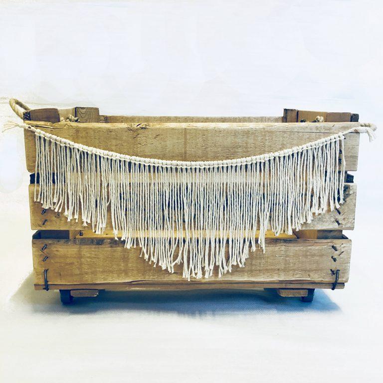 caja de madera natural con ruedas y asas de cuerda natural y decoracion Boho Style