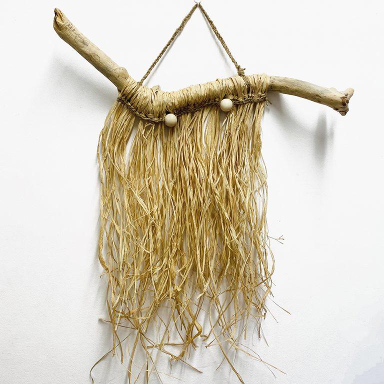 colgador natural de madera de mar y rafia natural.