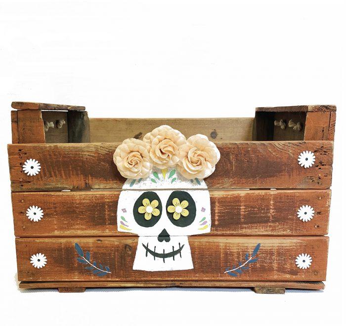 Caja antigua de madera decorada con máscara catrina especial halloween.