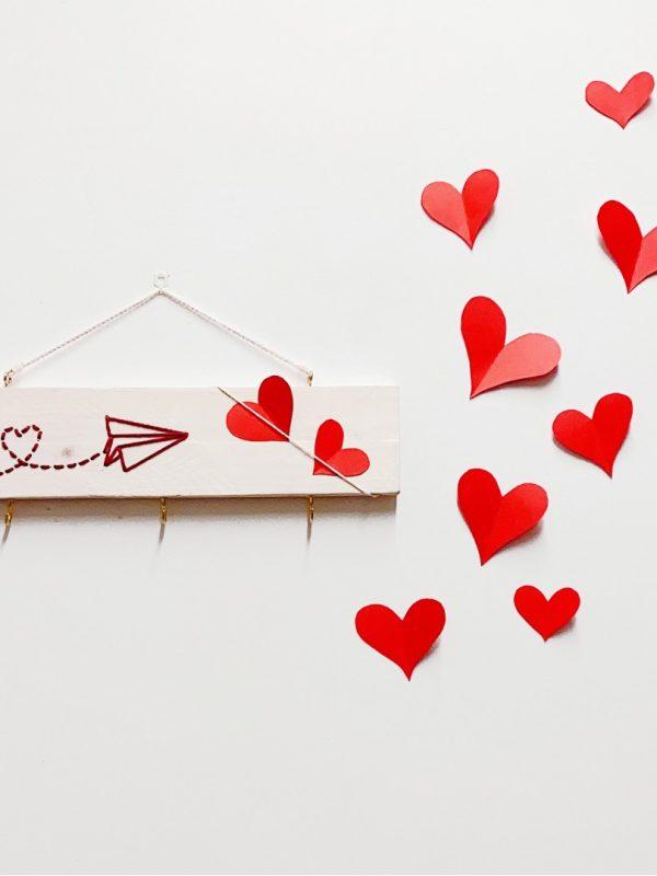 "colgador de madera natural bordado ""Love"""