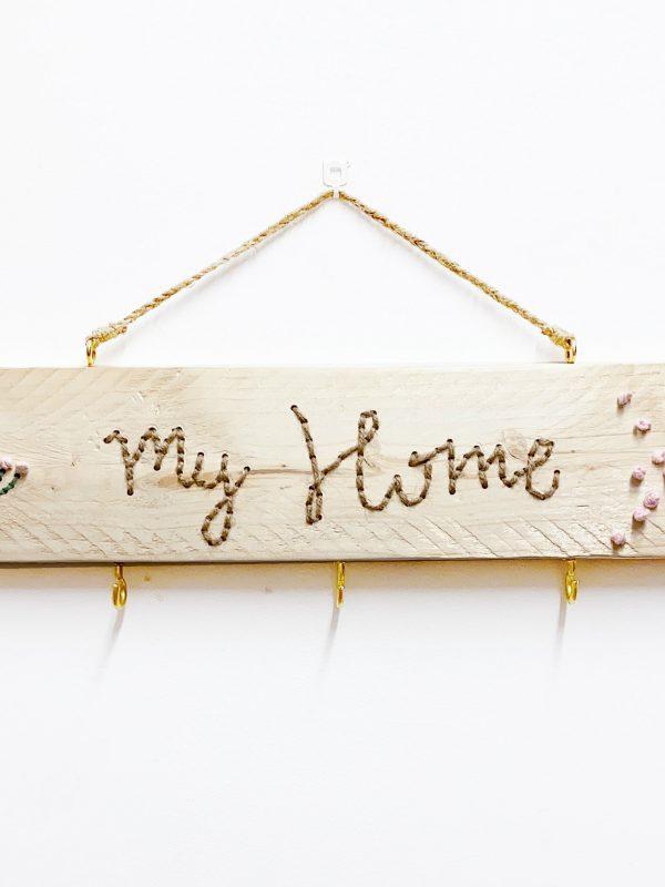 """colgador de madera natural bordado con hilo natural """"My Home"""""""
